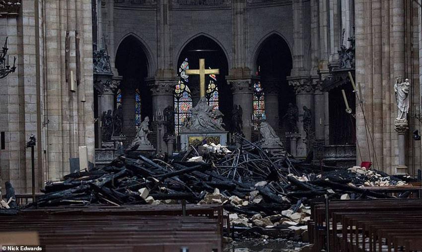 Nhà thờ Đức Bà Paris phát cháy trong khi đang được tu sửa 13
