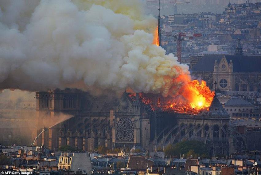 Nhà thờ Đức Bà Paris phát cháy trong khi đang được tu sửa 5