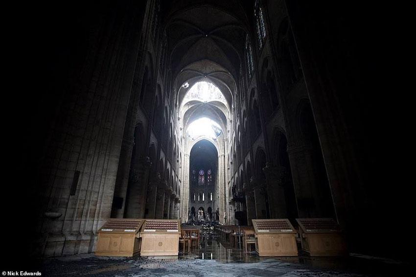 Nhà thờ Đức Bà Paris phát cháy trong khi đang được tu sửa. 1