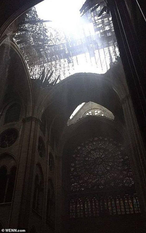 Nhà thờ Đức Bà Paris phát cháy trong khi đang được tu sửa 8