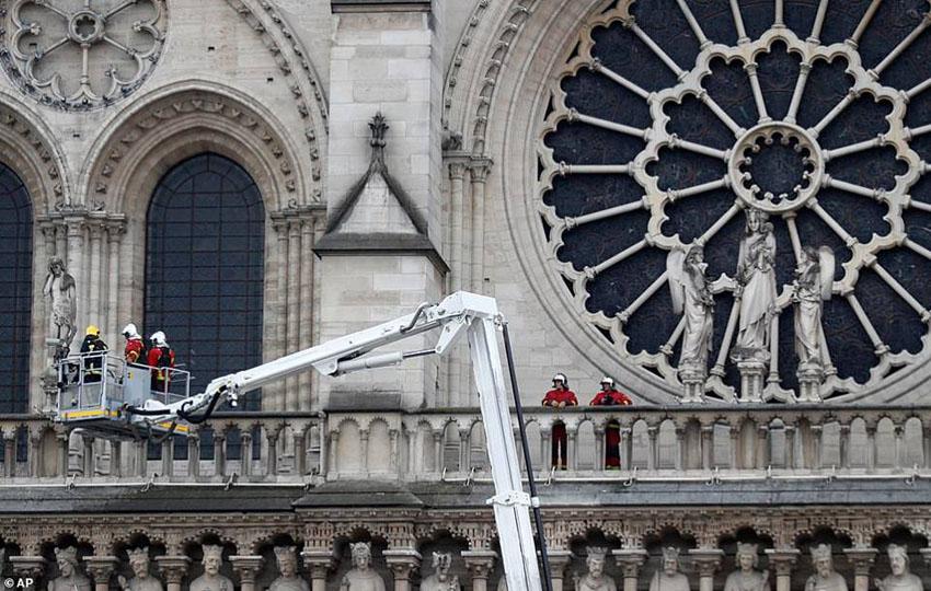 Nhà thờ Đức Bà Paris phát cháy trong khi đang được tu sửa2