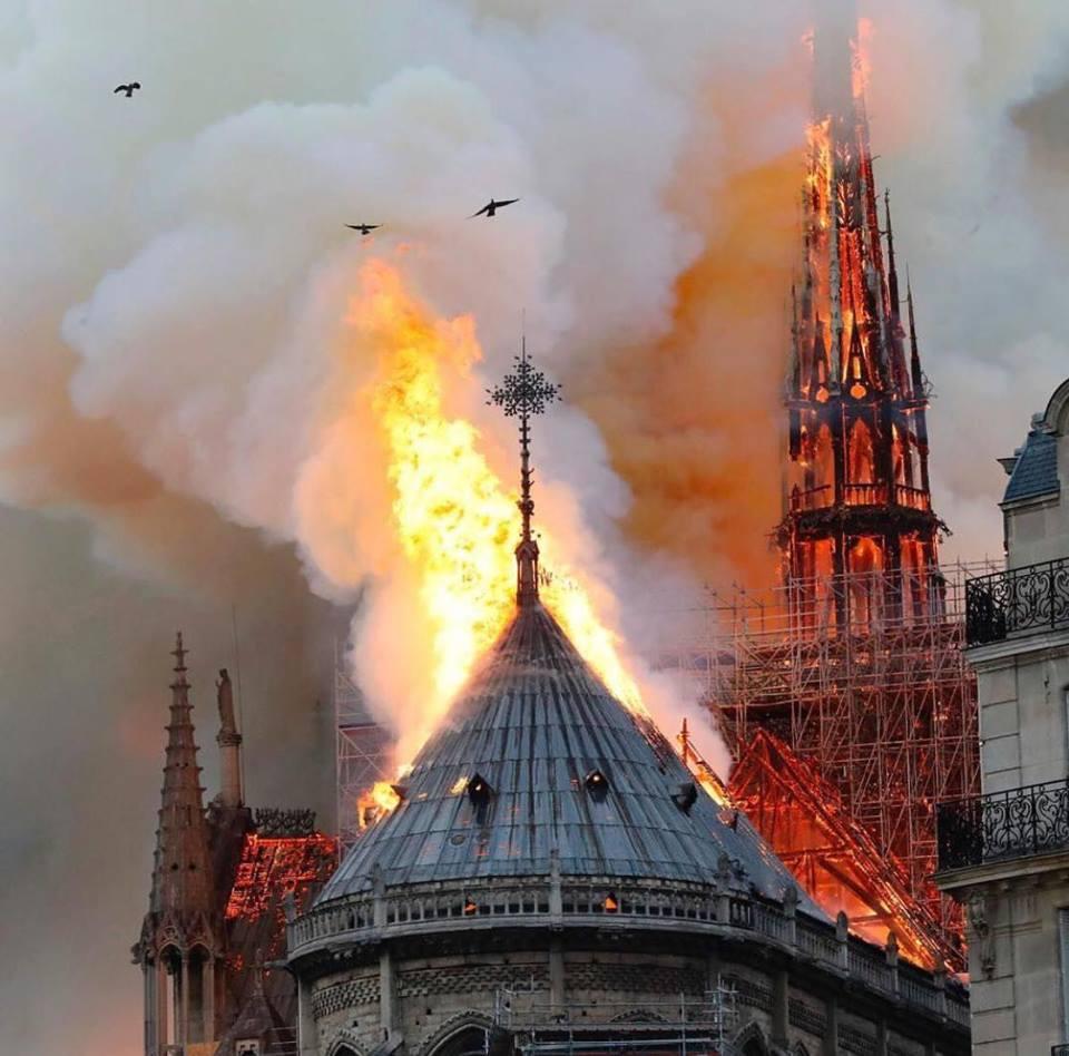Cả thế giới bàng hoàng nhìn Nhà thờ Đức Bà Paris bốc cháy dữ dội-5