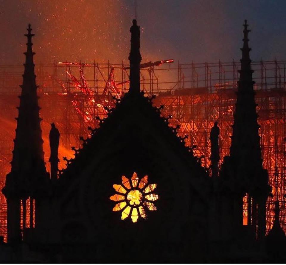 Cả thế giới bàng hoàng nhìn Nhà thờ Đức Bà Paris bốc cháy dữ dội-3