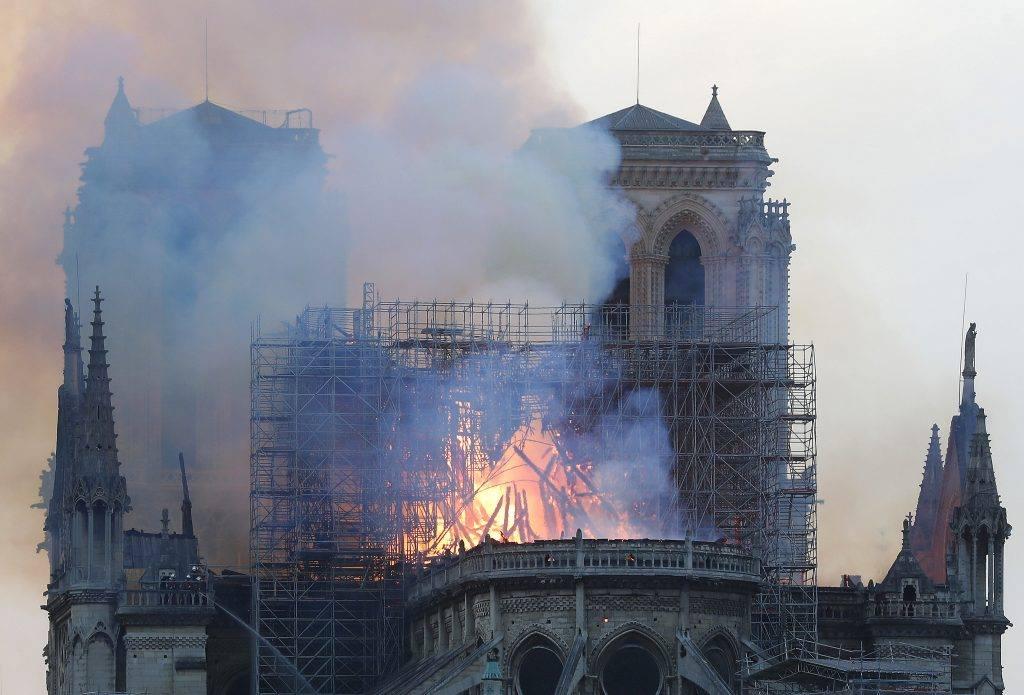 Cả thế giới bàng hoàng nhìn Nhà thờ Đức Bà Paris bốc cháy dữ dội-1
