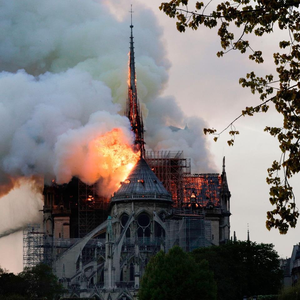 Cả thế giới bàng hoàng nhìn Nhà thờ Đức Bà Paris bốc cháy dữ dội-2