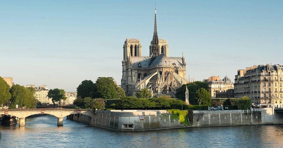 Cả thế giới bàng hoàng nhìn Nhà thờ Đức Bà Paris bốc cháy dữ dội-10