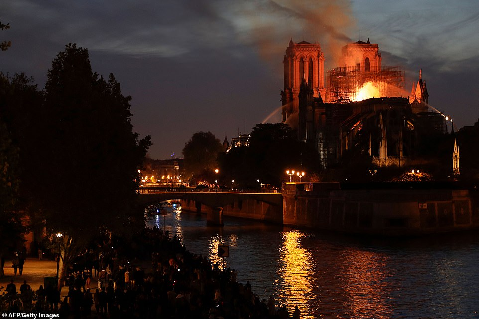 Cả thế giới bàng hoàng nhìn Nhà thờ Đức Bà Paris bốc cháy dữ dội-8