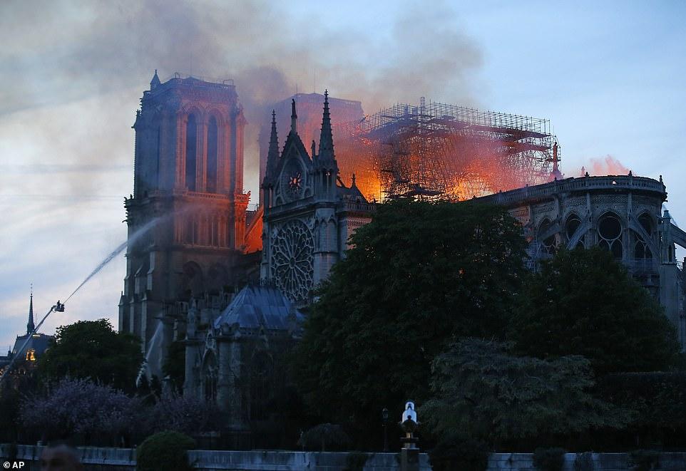 Cả thế giới bàng hoàng nhìn Nhà thờ Đức Bà Paris bốc cháy dữ dội-6