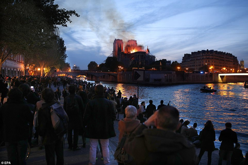 Cả thế giới bàng hoàng nhìn Nhà thờ Đức Bà Paris bốc cháy dữ dội-4