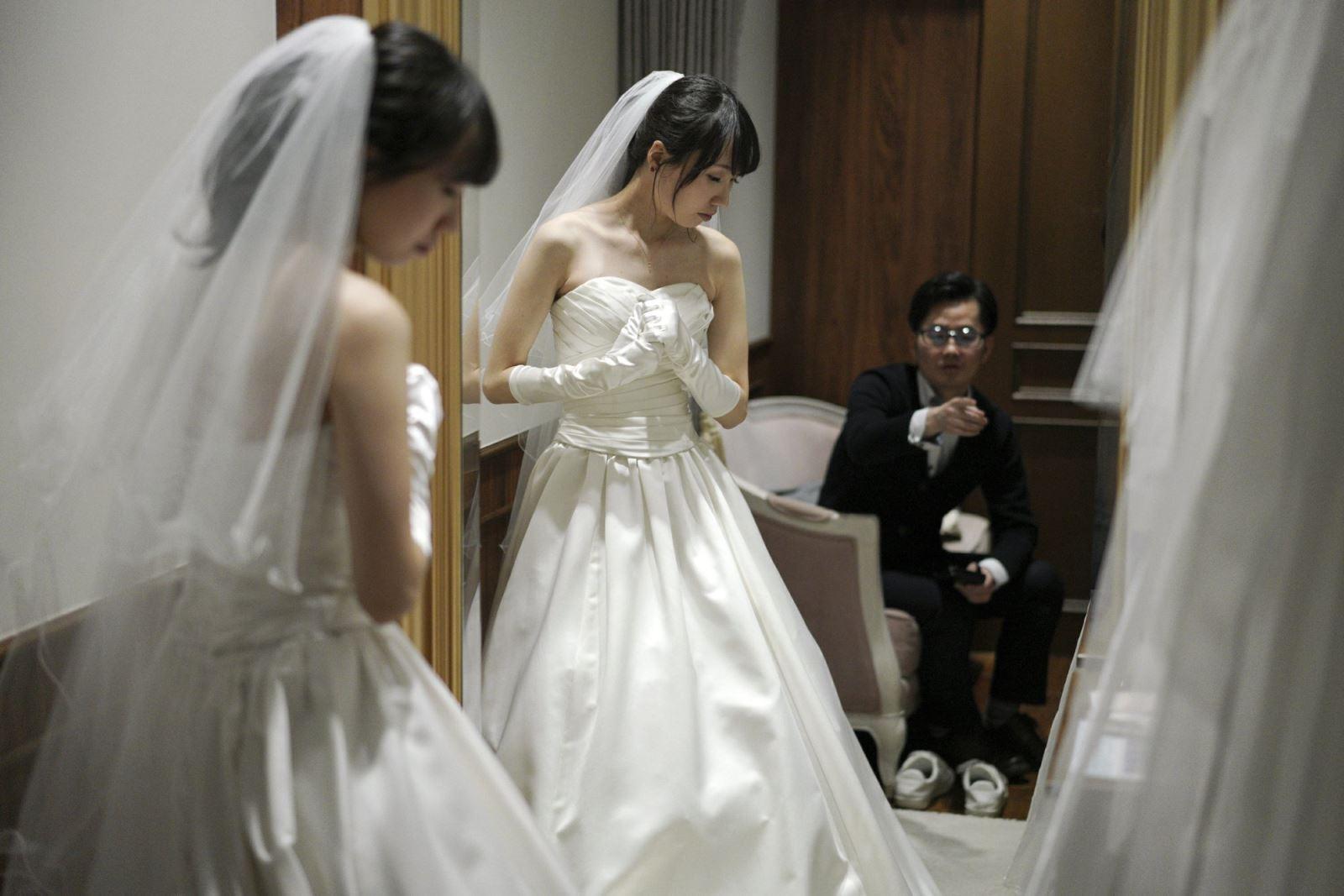 Kenzo Watanabe và hôn thê Chiharu Yanagihara thử trang phục cưới hôm 11/4 tại Tokyo. Ảnh: AP