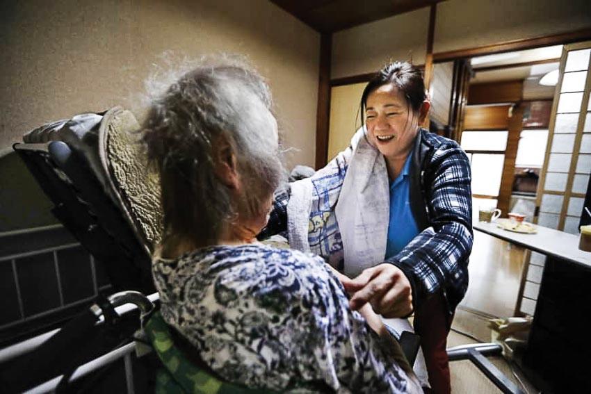 Lao động nước ngoài chăm sóc người già