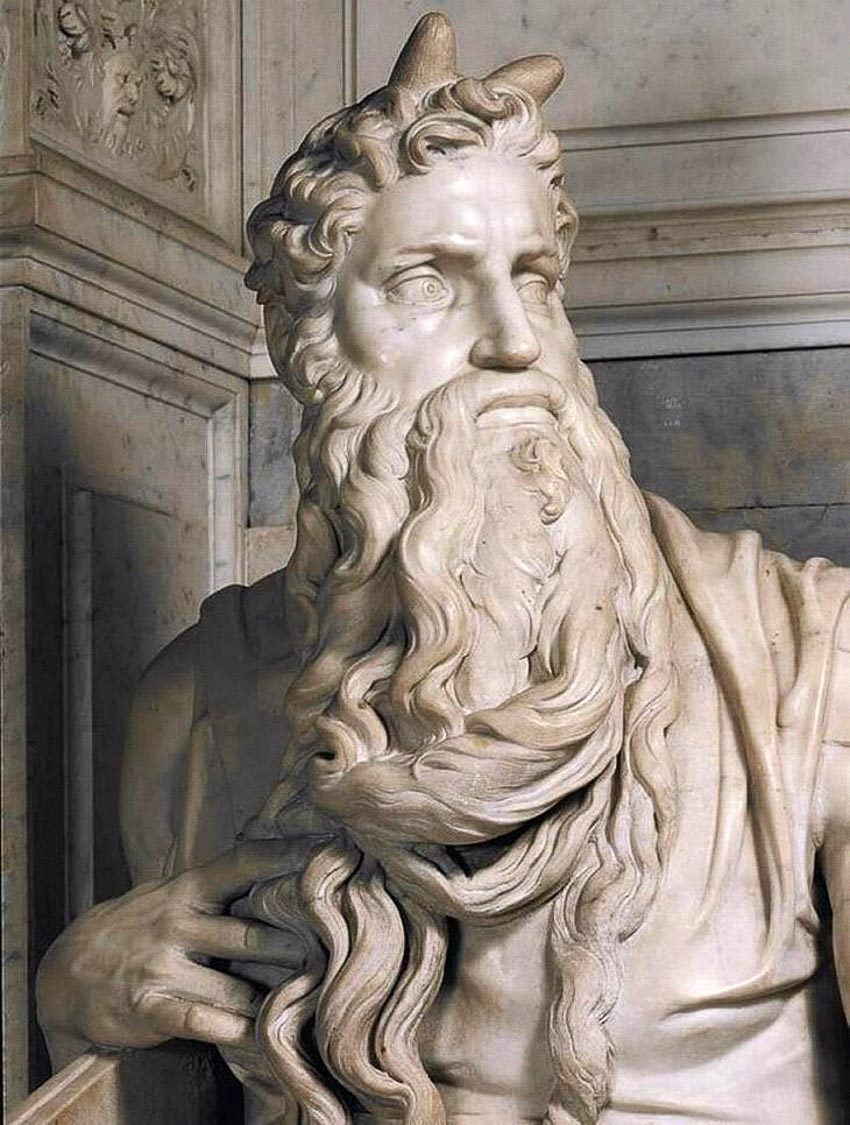 Tượng Moses có sừng