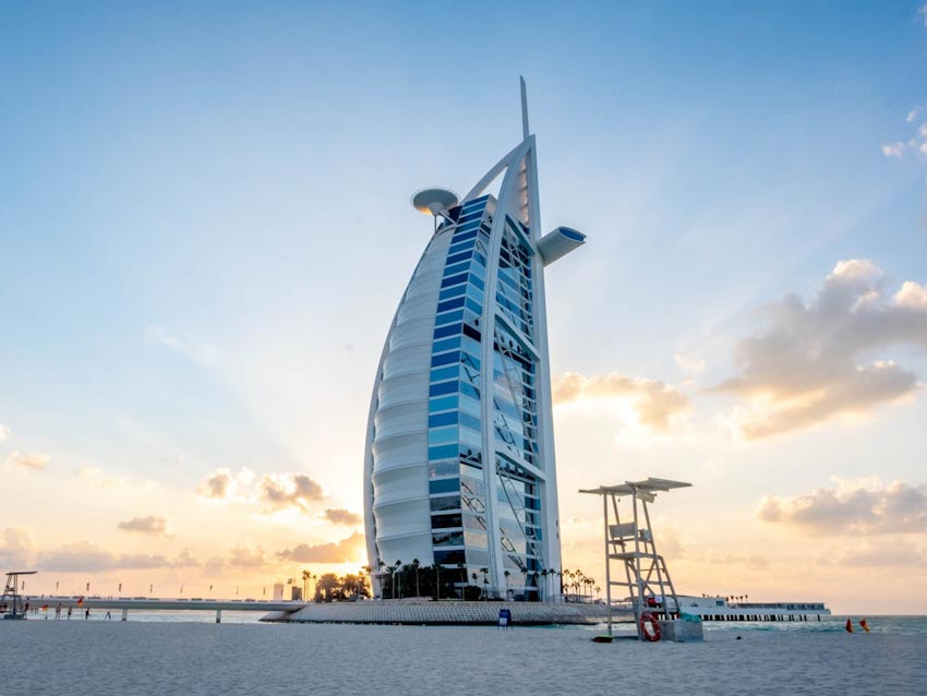 So sánh Khách sạn bảy sao Burj Al Arab và Jumeirah Beach Hotel 1
