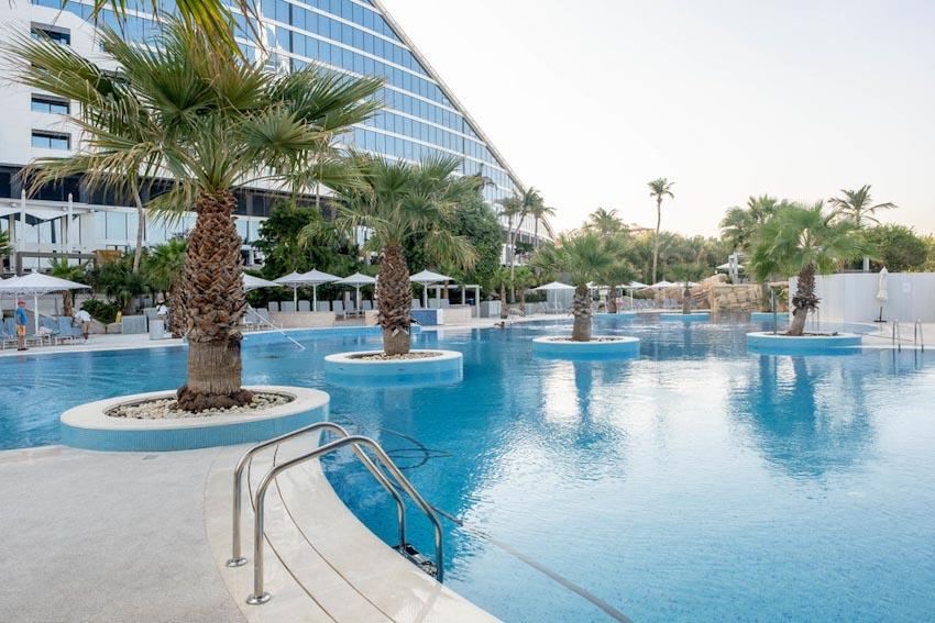 So sánh Khách sạn bảy sao Burj Al Arab và Jumeirah Beach Hotel 5