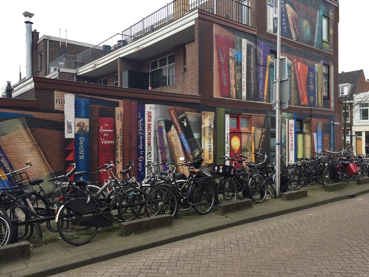 Nghệ sĩ đường phố biến một tòa nhà thành kệ sách kỳ vĩ ở Utrecht, Hà Lan - 2