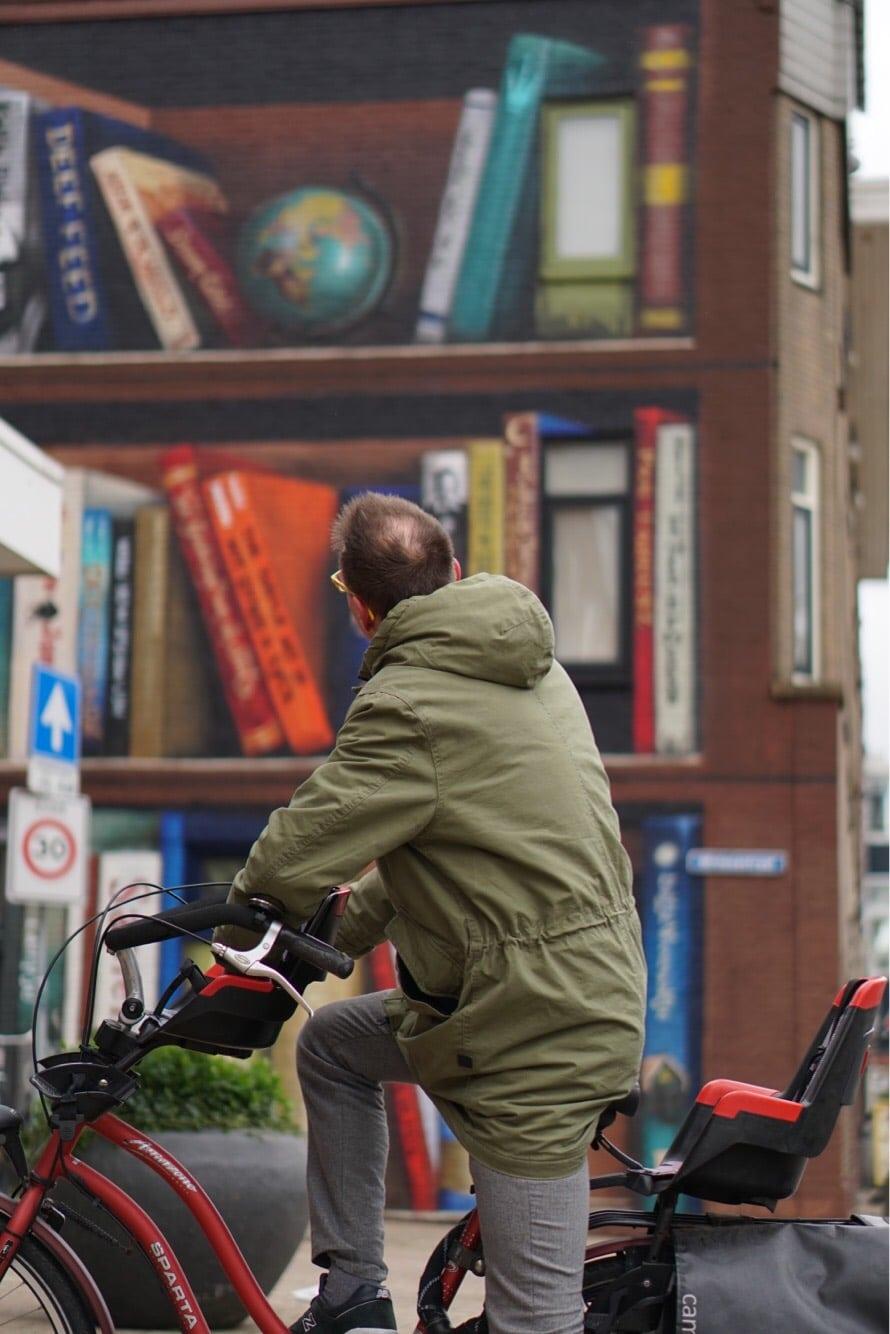 Nghệ sĩ đường phố biến một tòa nhà thành kệ sách kỳ vĩ ở Utrecht, Hà Lan - 4