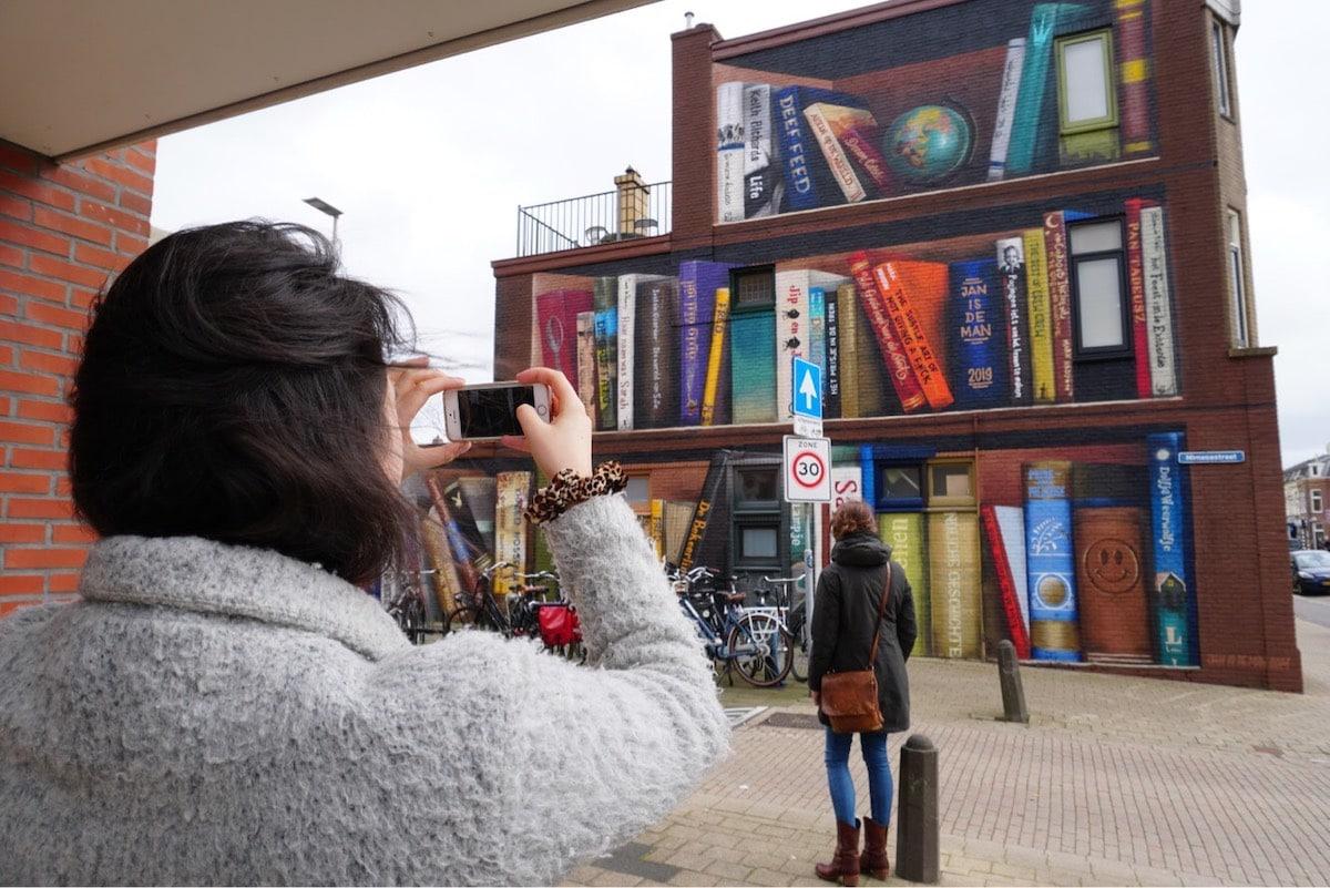 Nghệ sĩ đường phố biến một tòa nhà thành kệ sách kỳ vĩ ở Utrecht, Hà Lan - 3