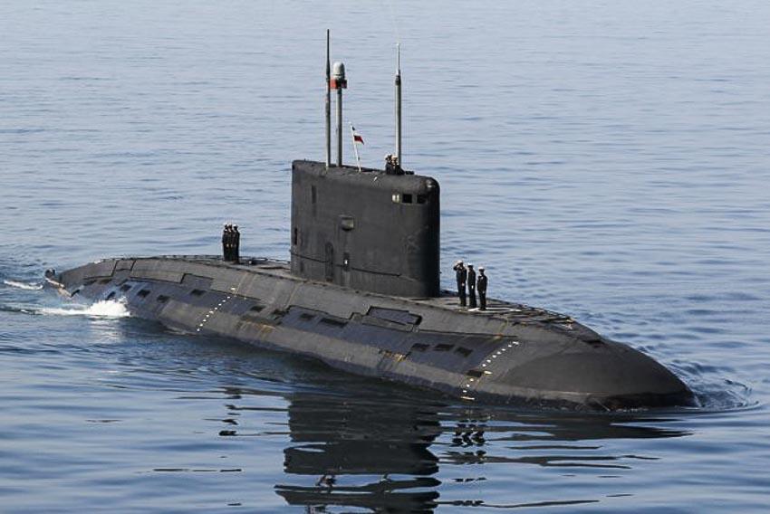 """Tàu ngầm Iran trong cuộc tập trận """"Velayat-90"""" của hải quân nước này ở eo biển Hormuz"""