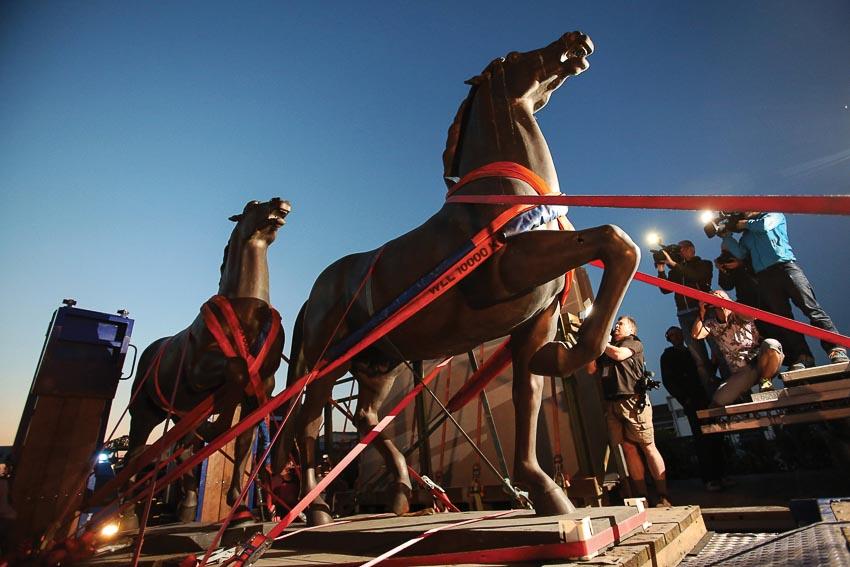 Hai tượng ngựa khổng lồ bằng đồng được chuyển từ Eberswalde về Berlin năm 2015