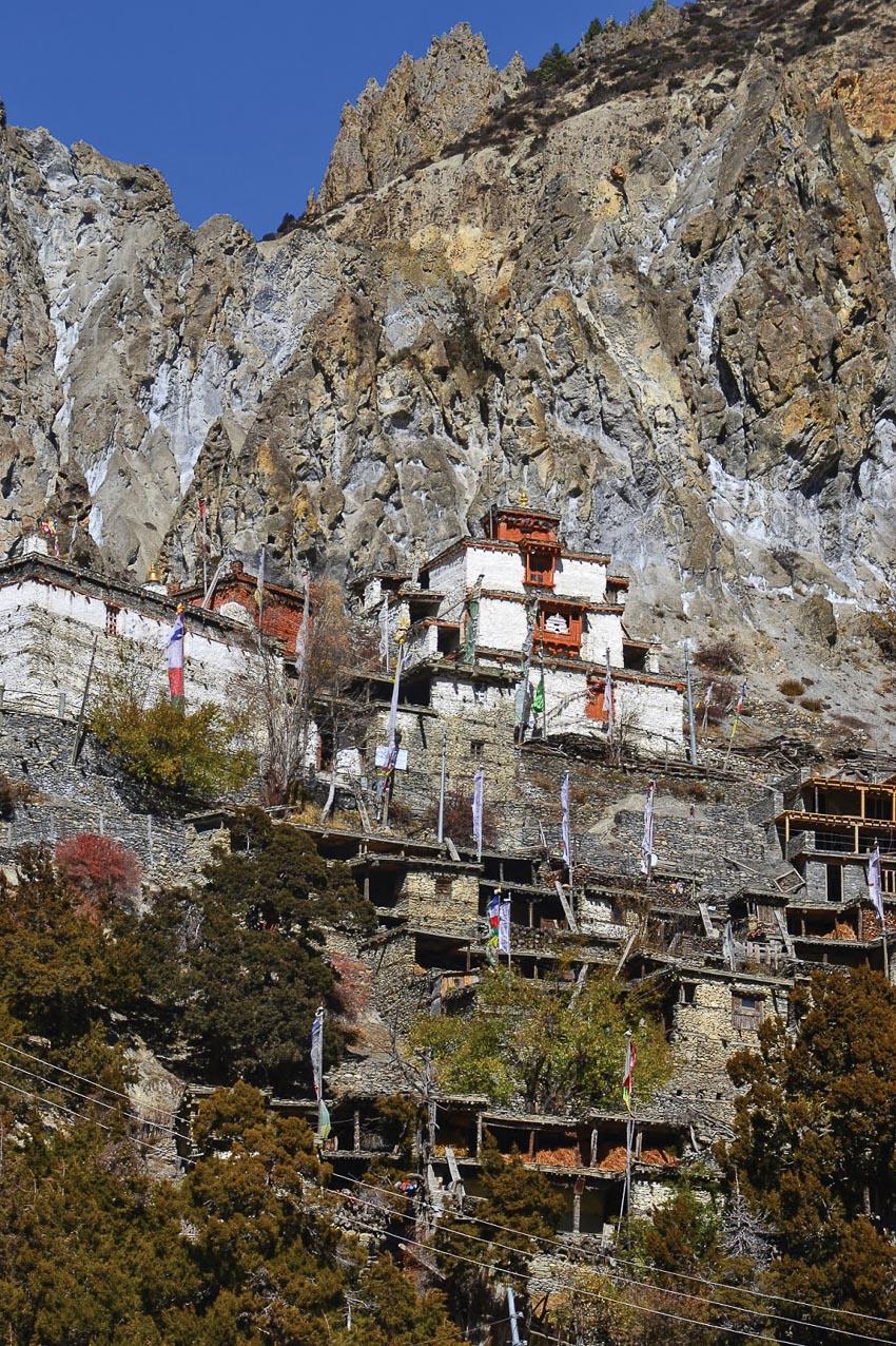 Tu viện trên vách núi hẻo lánh