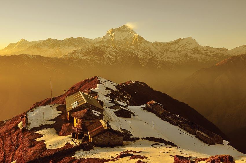 Bình minh trên đỉnh núi còn tuyết rải rác