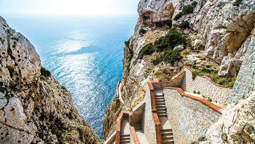 Du khách có thể khám phá các vách đá ngoạn mục trên đảo bằng những bậc thang được xây cẩn thận