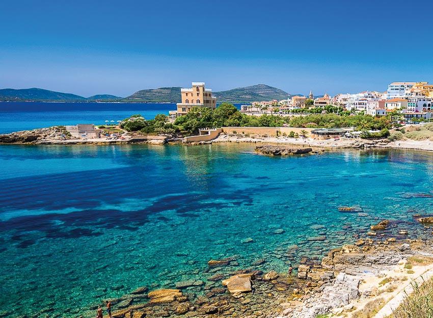 Vùng biển bao quanh đảo có màu xanh như cẩm thạch