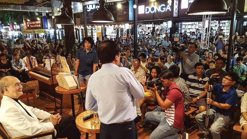 Nhạc sĩ Vũ Thành An và công chúng trong buổi ra mắt sách của ông tại Đường Sách TP.HCM