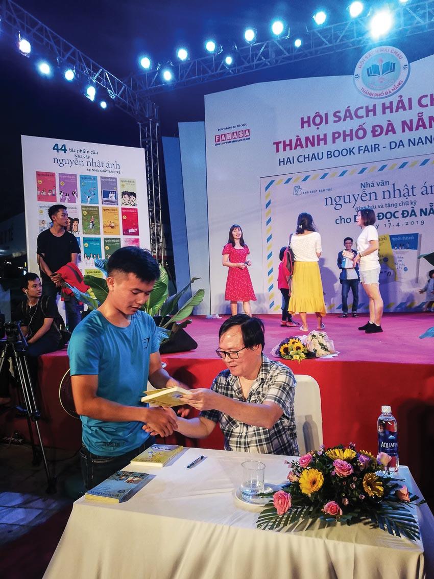 Nhà văn Nguyễn Nhật Ánh ký tặng sách cho độc giả trẻ tại Hội sách Đà Nẵng 2019
