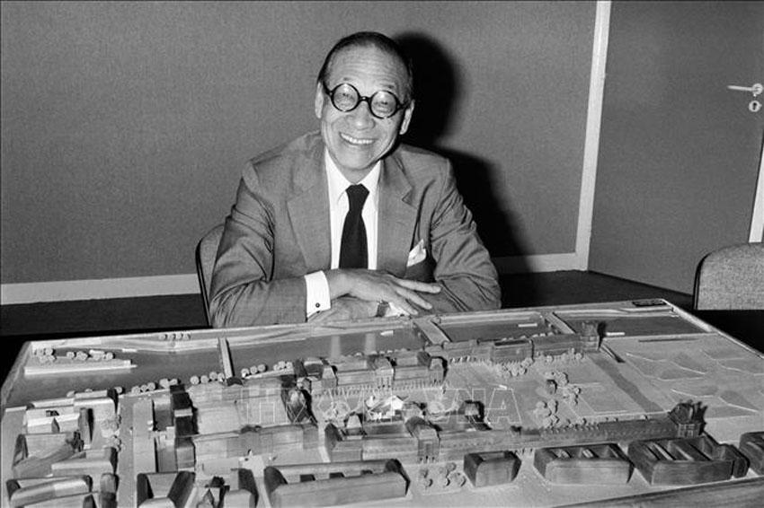 Kiến trúc sư Ieoh Ming Pei bên mô hình Tòa kim tự tháp bằng kính của Bảo tàng Louvre, Paris (Pháp) do ông tham gia thiết kế, năm 1985. Ảnh: AFP/TTXVN