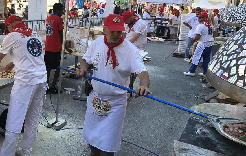 """50 thợ làm bánh Thụy Sĩ phối hợp làm được 10.170 bánh pizza, lập kỷ lục """"Sản xuất nhiều bánh pizza nhất thế giới trong 24 giờ bởi một đội nhóm"""""""