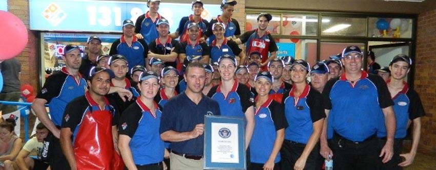 """Nhân viên nhà hàng Domino's (Úc) nhận bằng chứng nhận kỷ lục """"Sản xuất nhiều bánh pizza nhất thế giới trong 1 giờ bởi một đội nhóm"""", với thành tích 837 bánh pizza"""