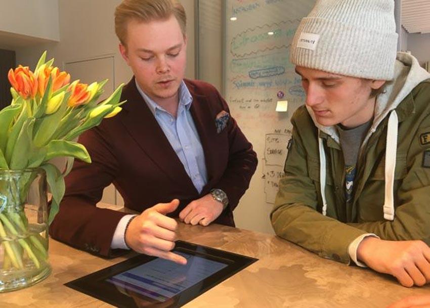 Viktor Sjoberg, cố vấn khách hàng tại ngân hàng SEB, muốn có sự hài hoà giữa thanh toán điện tử và tiền mặt