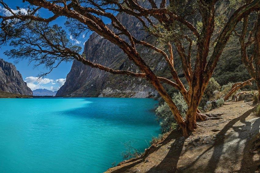 Màu xanh ảo diệu của nước hồ vùng núi cao