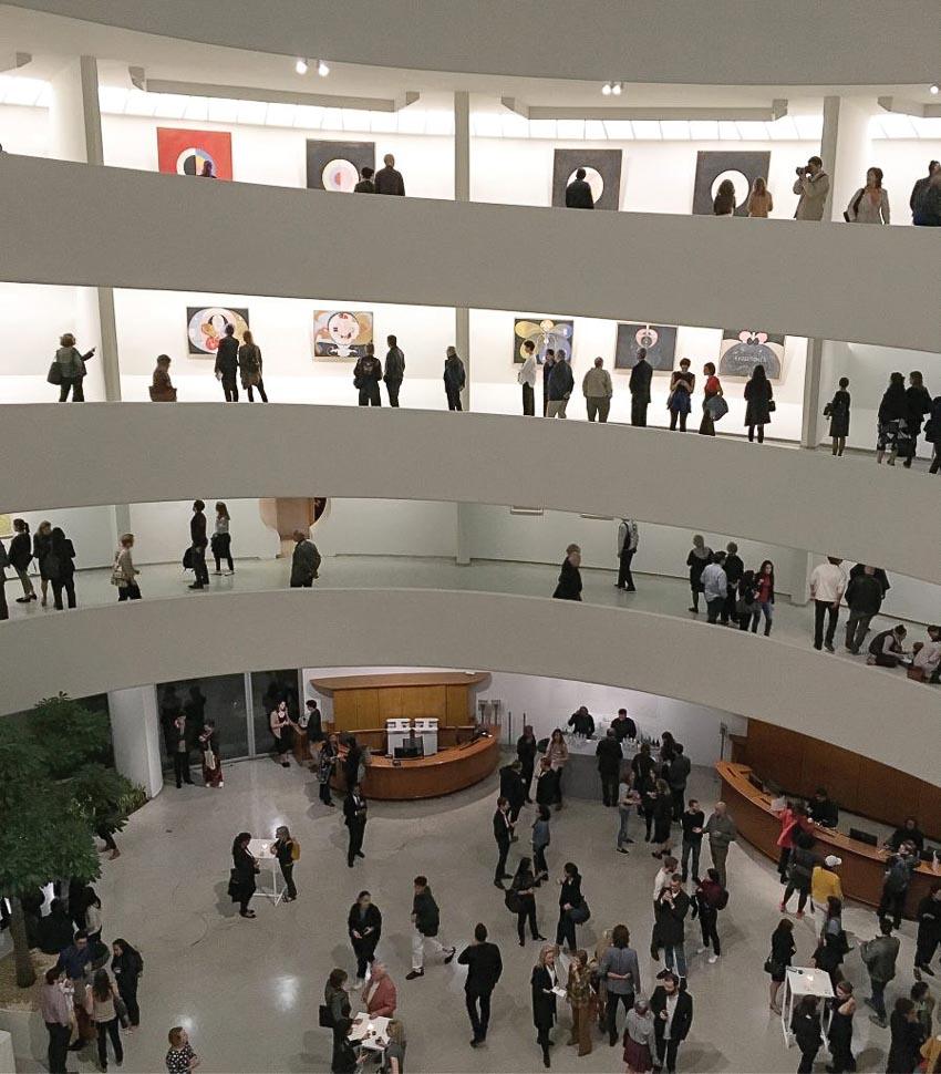 Bốn tầng lầu khu trưng bày tranh Hilma af Klint luôn kín người xem