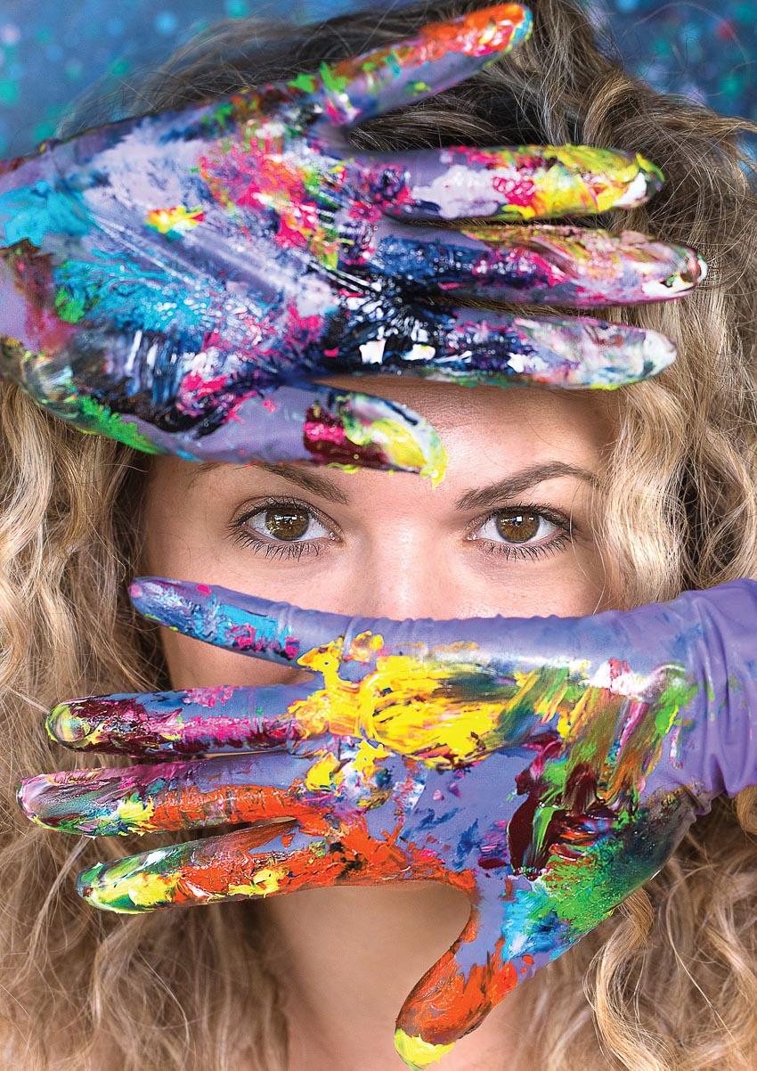 Iris Scott với đôi tay đeo găng khi vẽ tranh