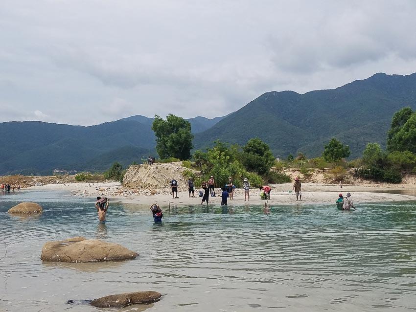 Băng qua một vụng biển nhỏ, nơi phân giới giữa hai tỉnh Ninh Thuận và Khánh Hòa