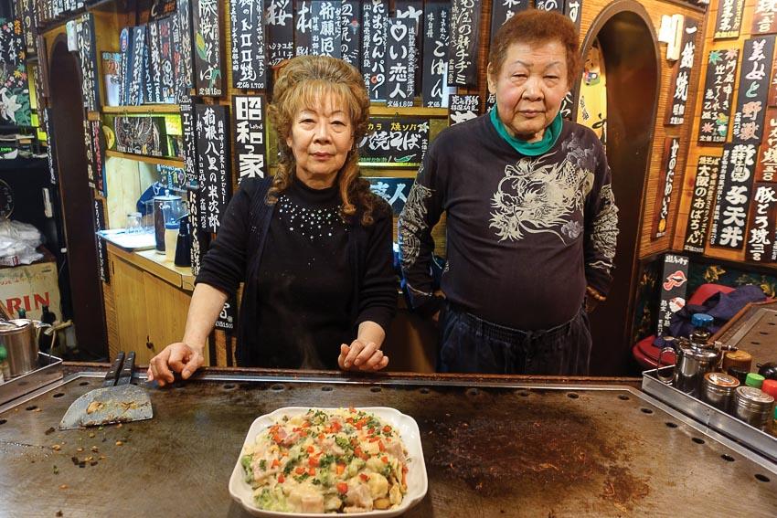 Ông bà chủ nhân Nhà hàng Daimon Okonomiyaki Dojo dù tuổi cao nhưng trông rất teen