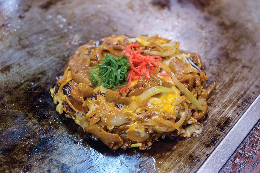 Mì xào Tsuruhashi-yaki với thịt nướng và kim chi