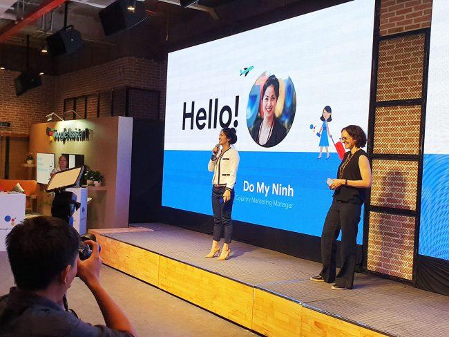 Bà Elin Barnes (bên phải) và bà Đỗ Mỹ Ninh, Giám đốc Tiếp thị Google ở Việt Nam, thử nghiệm trực tiếp các tính năng của Google Assistant Tiếng Việt trong sự kiện Google chính thức ra mắt trợ lý số Google Assistant Tiếng Việt tại TP.HCM. Ảnh: MediaOnline