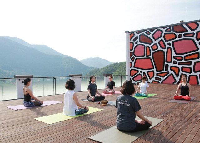 Du khách ngồi thiền trong một lớp học buổi sáng tại Park Roche, khu nghỉ dưỡng chăm sóc sức khỏe cao cấp đầu tiên của Hàn Quốc nằm ở Jeongseon. Ảnh: Park Roche