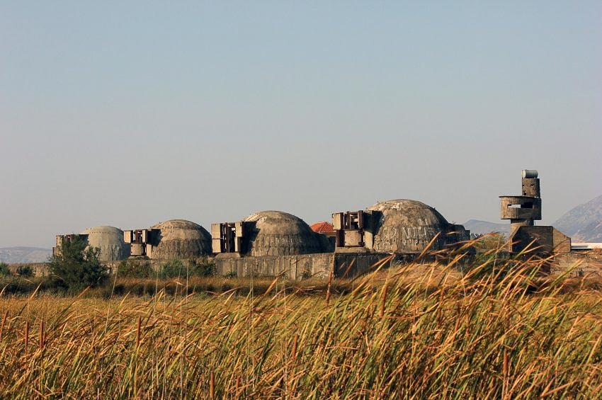 Người ta cho rằng có khoảng 78.000 bunker chống bom hạt nhân được xây dựng khắp Albania dưới thời Enver Hoxha