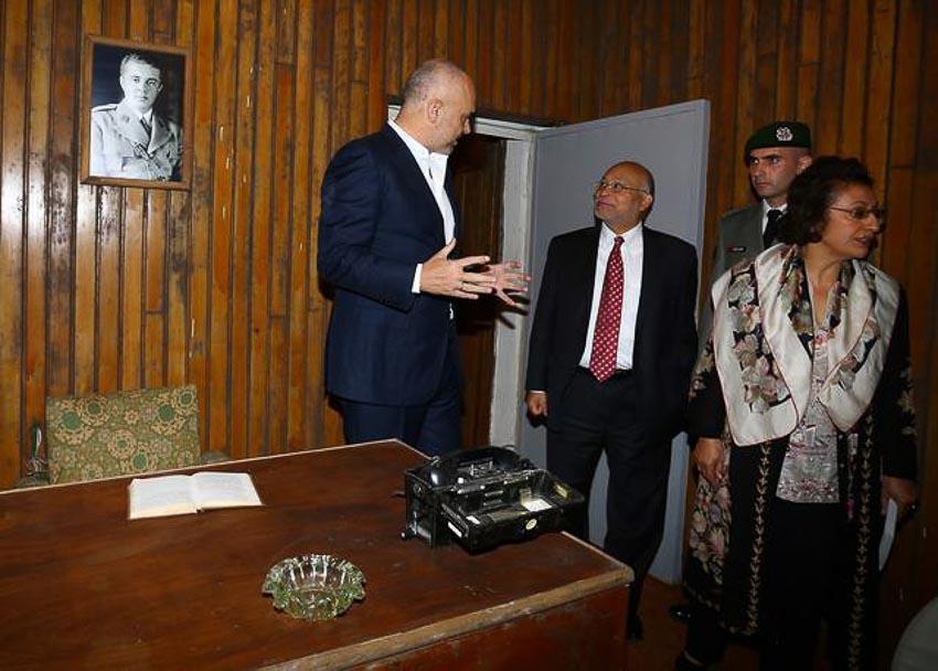 Thủ tướng Albania Edi Rama (trái) tiếp Đại sứ Mỹ Alexander A. Arvizu bên trong căn phòng của Enver Hoxha của bunker ngầm vào ngày 22.112014