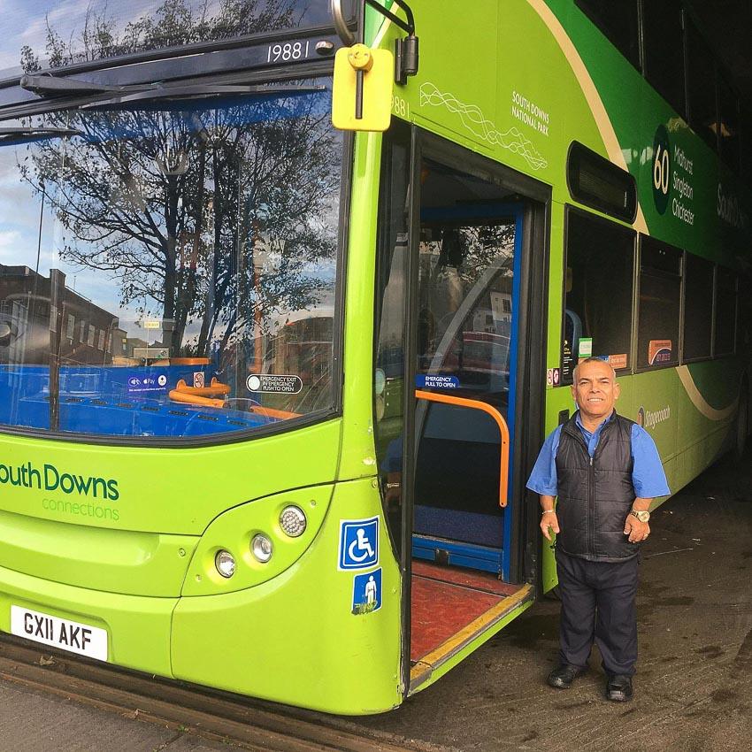 Tài xế xe buýt hai tầng lùn nhất thế giới - 1
