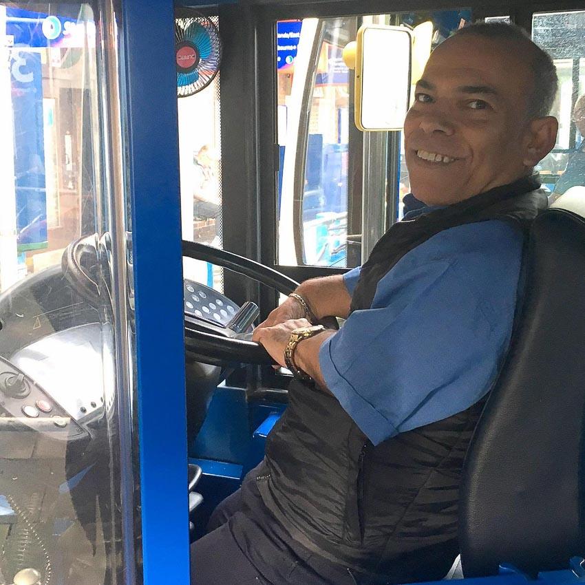 Tài xế xe buýt hai tầng lùn nhất thế giới - 3