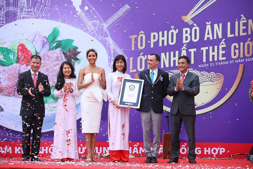 """phải qua, thứ 2, 3) Giám sát viên Tổ chức Guinness Thế giới trao bằng chứng nhận kỷ lục """"Tô phở bò ăn liền lớn nhất thế giới"""" cho Chủ tịch Hội đồng quản trị Công ty VIFON"""