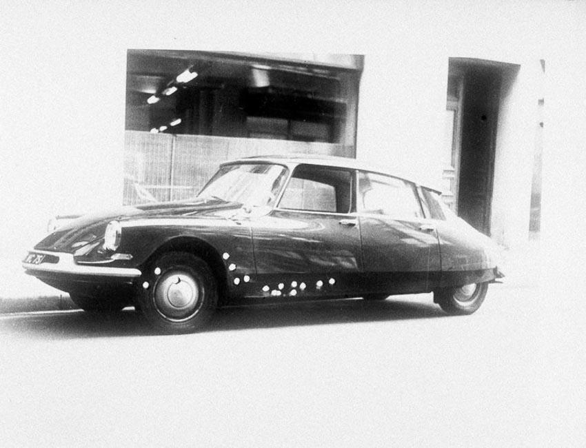 Chiếc xe Citroen bị bắn nhiều vết đạn sau vụ ám sát năm 1962