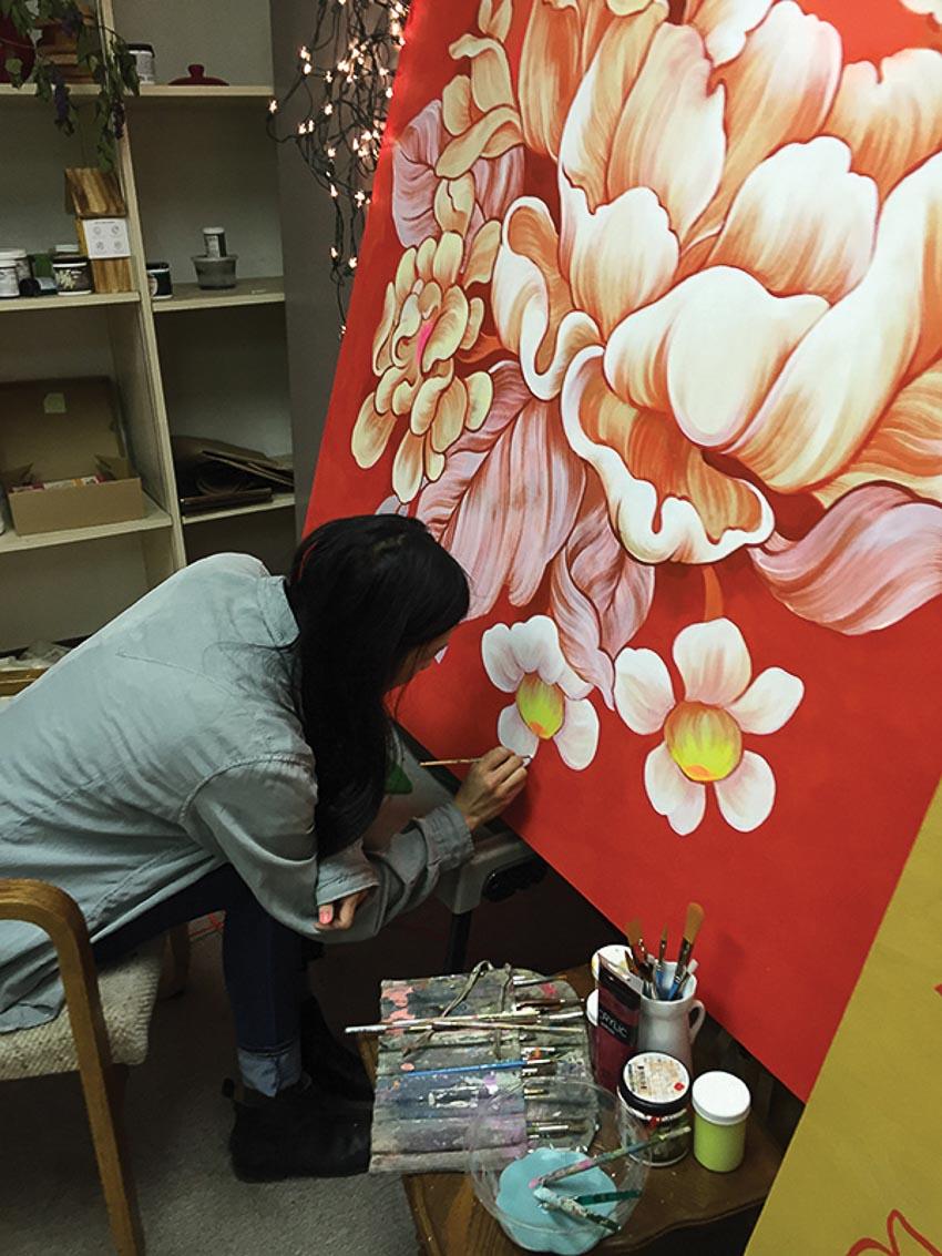 Nữ họa sĩ Ouizi vẽ hoa trên cao ốc 2