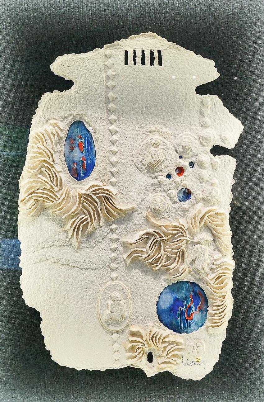 Một tác phẩm kết hợp điêu khắc và phù điêu trên giấy