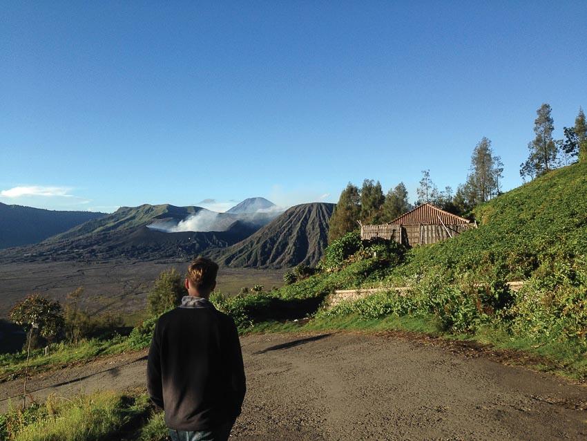Khói núi lửa đã hiện ra trước mặt
